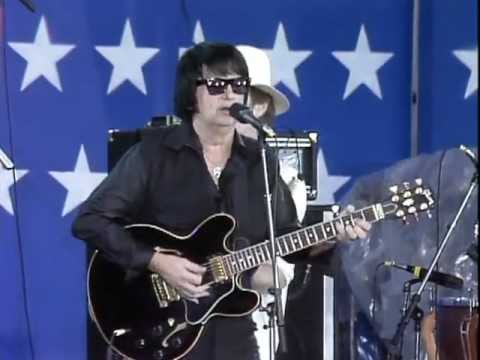 Thumbnail of video Roy Orbison - Oh, Pretty Woman (Live at Farm Aid 1985)