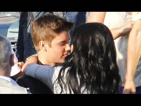Justin Bieber & Selena Gomez Make Out In Public