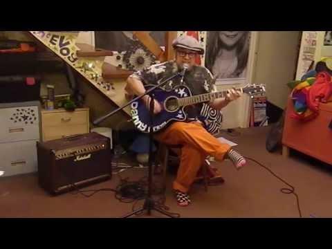 Англиски музичар ја пее евровизиската песна на Даниел Кајмакоски