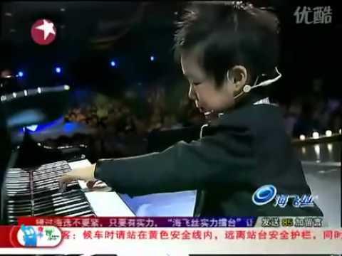 4  tuổi hát và chơi đàn piano hơi bị đỉnh