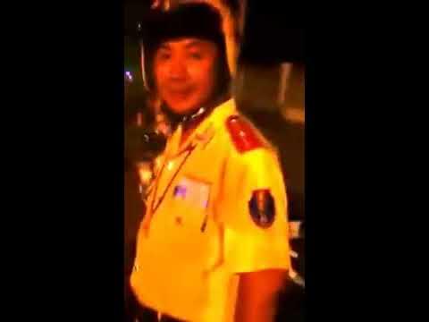 cảnh sát giao thông hùi nhau đánh một phụ nữ