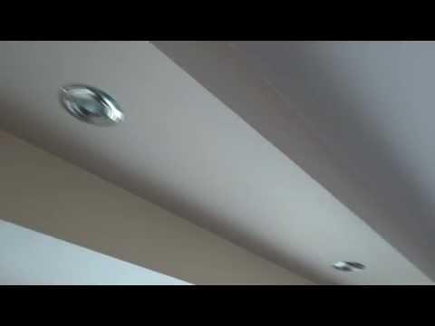 Półka z płyt gipsowych z oświetleniem górnym halogenowym w salonie