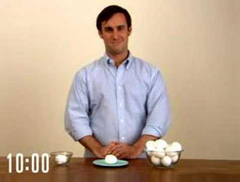 Полезные советы: быстро чистим яйцо