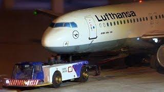 Miniatur Flughafen mit Flugzeug Push-Back von Lufthansa