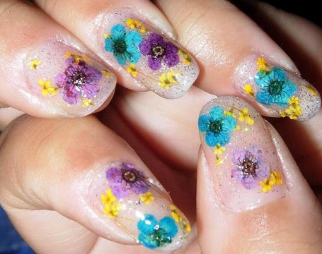 Aprenda a fazer unhas decoradas com flores secas