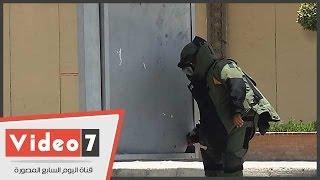 بالفيديو.. خبير مفرقعات يفحص اللوحات الإعلانية بمحيط الاتحادية