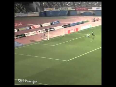 Sai lầm ngớ ngẩn của thủ môn khi phán đoán sai quĩ đạo của bóng