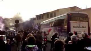 I tifosi della Fiorentina caricano la squadra verso lo stadio