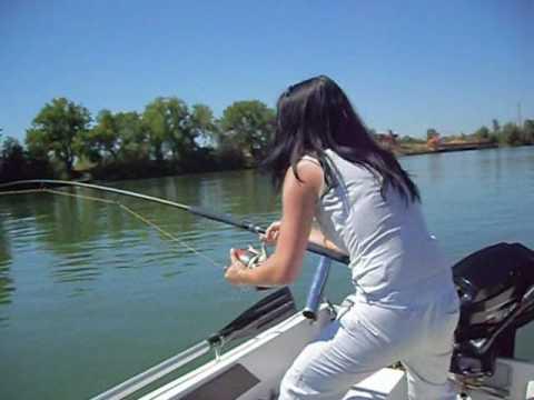 Gros Silure de 2m07 par une femme qui pêche!