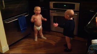 תאומים מצחיקים מדברים