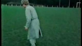 Kees van Kooten legt op onavolgbare wijze het concept voetbal uit.
