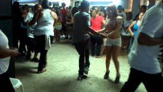 Yaralis Y Pichi Bailando En Dorado