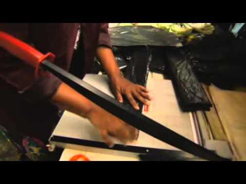 Vídeo Mochilas com energia solar portátil trazem luz para alunos sul-africanos