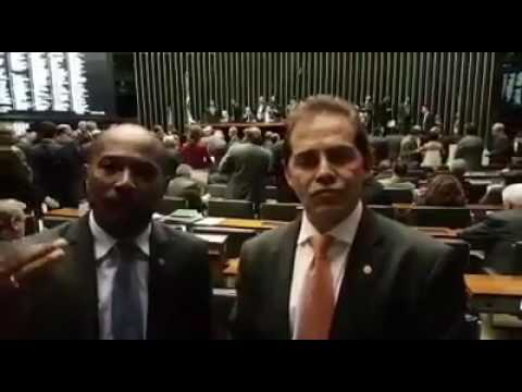 Deputados comemoram a retirada da urgência na votação da reforma trabalhista