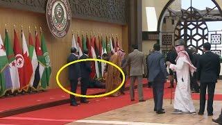 بالفيديو.. الرئيس اللبناني ميشيل عون يتعثر ويسقط في القمة العربية |