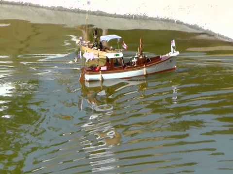 African Queen versus Victoria - steam model boats.WMV