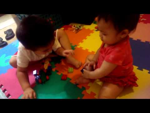 Hai anh em dành nhau đồ chơi