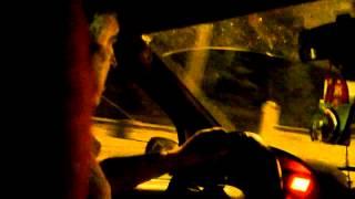 Șofer de taxi mănîncă semințe la volan