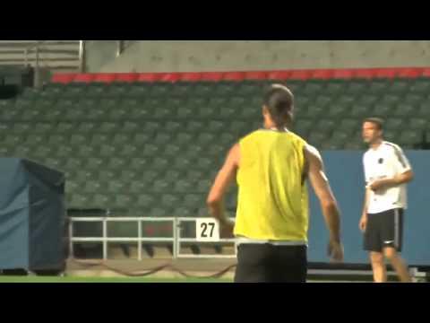 Zlatan ghi bàn cực dị trong buổi tập luyện