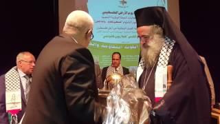 لحظة تكريم رئيس الأساقفة عطا الله حنا من طرف بنكيران