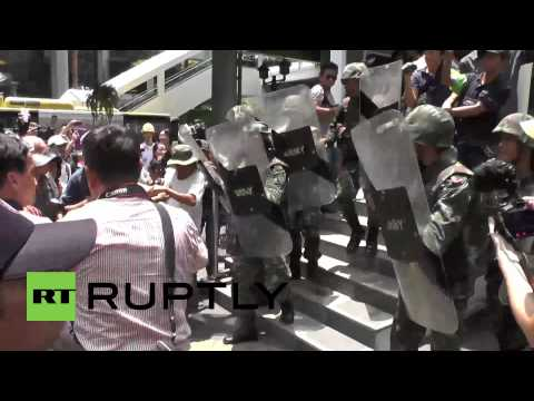 Thailand: Protesters push back military after 3-hour stand off
