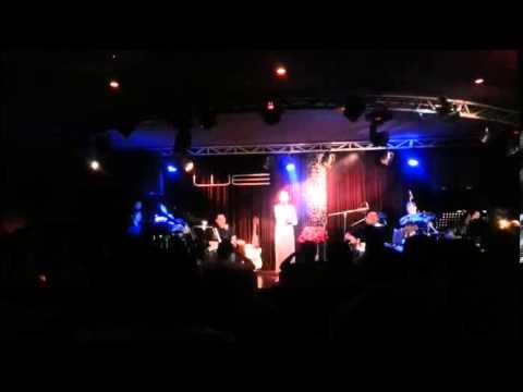 Phương Mỹ Chi hát bài Đất Phương Nam tại phòng trà WE đêm 5/12/2013