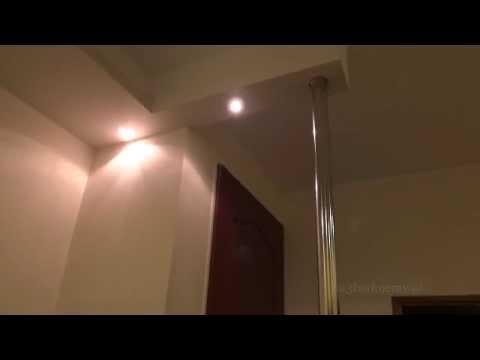 Podwieszana półka z regipsu z oświetleniem halogenowym i podświetleniem led w holu