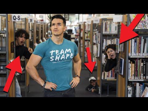Cache-cache géant dans une bibliothèque !