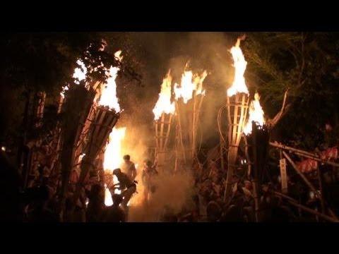 勇壮に京都の夜空焦がす鞍馬の火祭