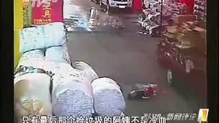 Tragis !! Video Bayi Dilindas Truk, Parah !! Pejalan Kaki