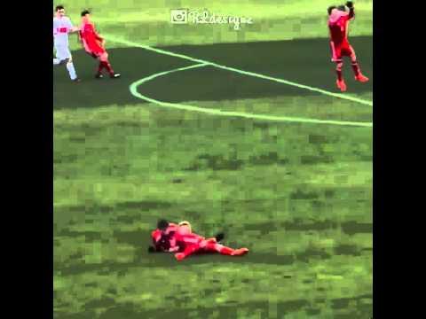 Hai cầu thủ đâm nhau vì phanh không kịp =))