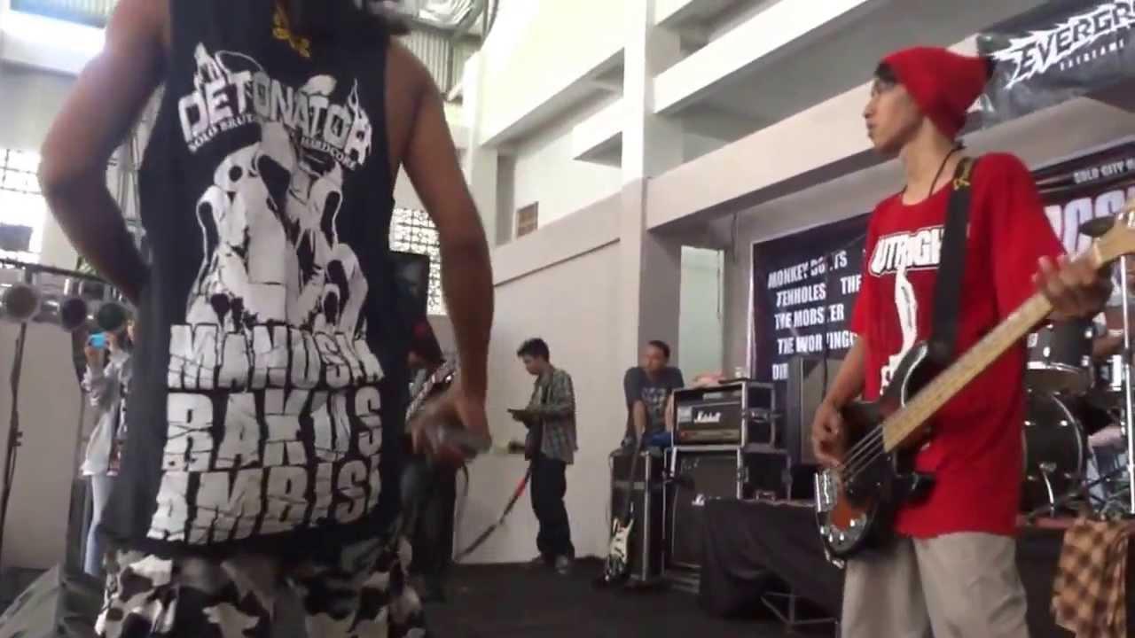 S.O.B - HARDCORE STRIKES BACK live at event BOOSTERLOAD (Gelanggang Bung Karno Manahan, Solo) 9/11/2013 Online Media #SURAKARTA666: Blog: http://surakarta666.blogspot.com Twitter: http://twitter.com/SURAKARTA666 Facebook: http://facebook.com/