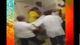 Uma enfermeira se deu mal ao tietar Neymar no hospital. Ela foi demitida do hospital em que trabalhava, em Fortaleza, ao filmar o momento em que o jogador era transportado em uma maca para a sala onde faria o exame de ressonância magnética.Veja na reportagem: