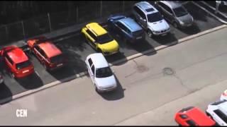 Mujer estalla en furia por no saber estacionarse