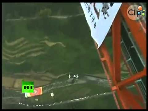 Ngồi xe lăn nhảy dù từ cầu treo cao nhất thế giới