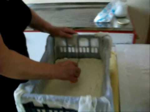 Παραδοσιακή παρασκευή τυριού στην Χρυσαυγή