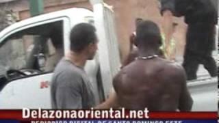 Ladron Recibe Paliza Mientras Robaba En Boca Chica.mpg