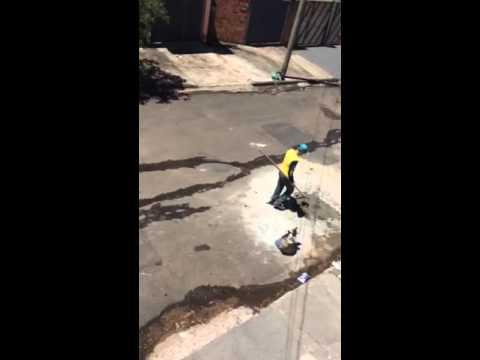 Vídeo Vídeo: No Tortorelli, munícipe tapa buracos de sua rua com concreto