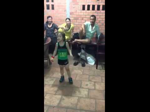bé 5 tuổi nhảy michael