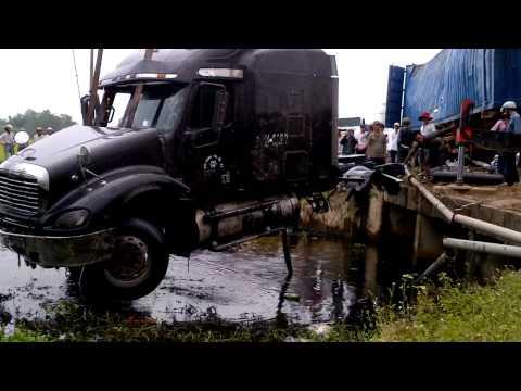 Trục vớt xe container bị tai nạn