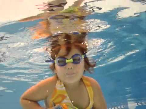 Crian A De 3 Anos Nadando Em Piscina De 6 Metros De