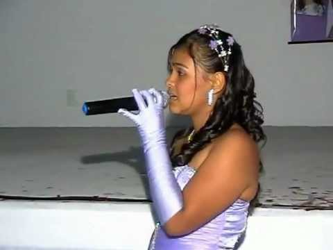 Debutante Daiane cantando Pai e Mãe nos seus 15 anos (Michel Teló)
