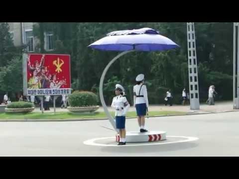 Nữ cảnh sát bắc Triều Tiên đều khiển giao thông dị thường