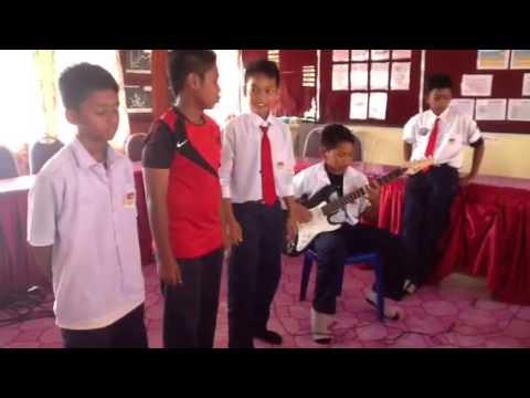 Budak sekolah main gitar