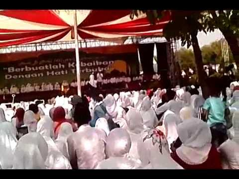 pengajian kh  anwar zaid di pt  djarum kudus dalam rangka halal bihalal idul fitri tahun ini
