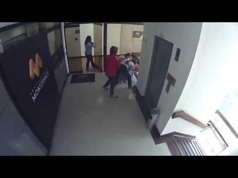 Mãe evita criança de cair de quarto andar de prédio na Colombia