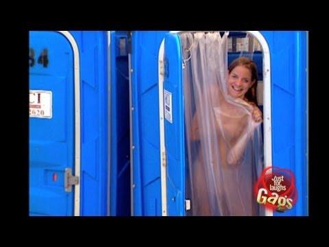 打開公廁,發現有個一絲不掛的美女在沖澡!你會怎麼做
