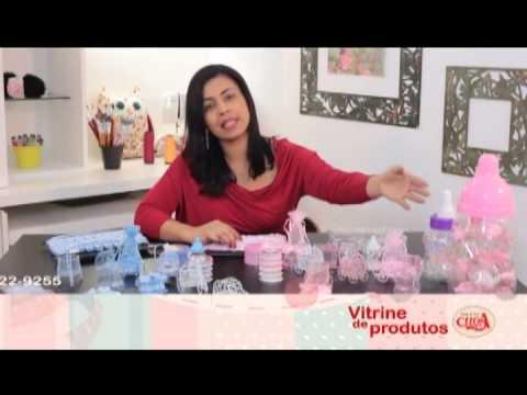 Lembrancinhas de recém-nascidos e chá de bebê na vitrine de produtos