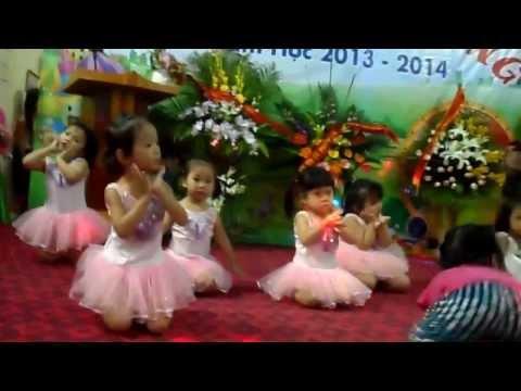 Các bé lớp 3 tuổi múa