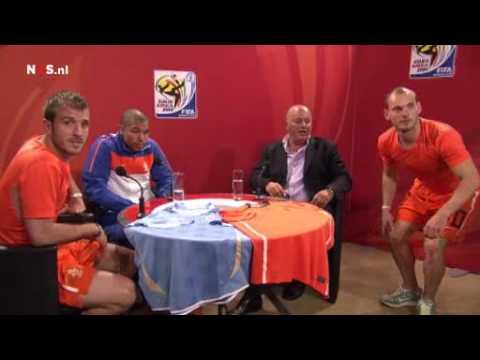 De Jong, van der Vaart, Sneijder en Jack van Gelder na Nederland - Uruguay
